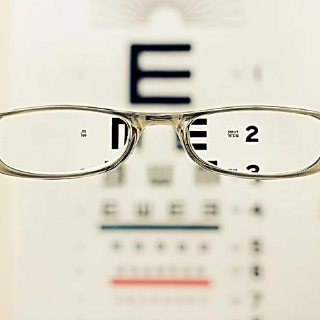 Óculos auxiliando a ver a escrita utilizada para testar a visão.